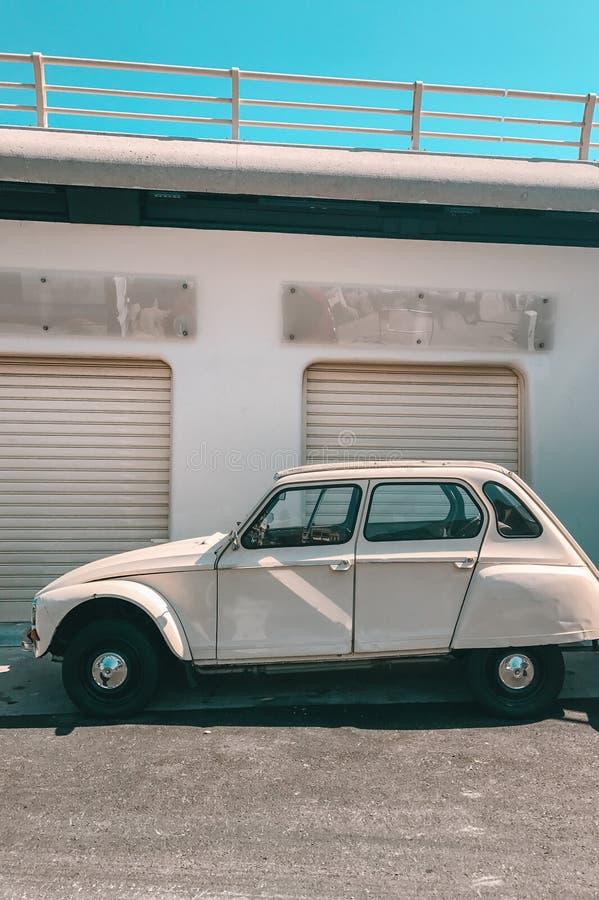 Rocznika retro samochód parkujący przy portem obraz stock