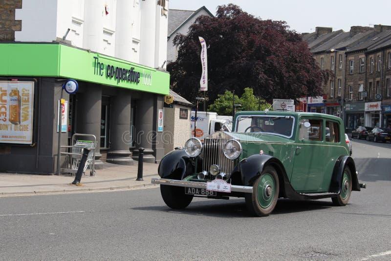 Rocznika Rolls Royce samochodowa Targowa ulica, Carnforth obraz stock