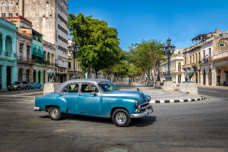 Rocznika samochód blisko Paseo Del Prado Paseo de Marti - Hawański, Kuba zdjęcie stock