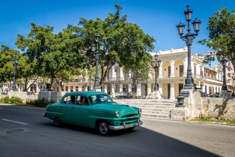 Rocznika samochód blisko Paseo Del Prado Paseo de Marti - Hawański, Kuba obraz stock