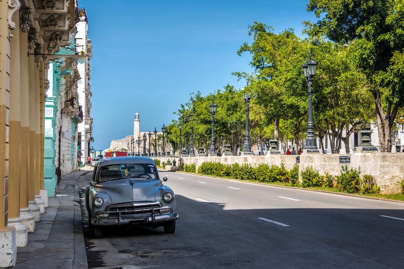 Rocznika samochód blisko Paseo Del Prado Paseo de Marti - Hawański, Kuba zdjęcia stock