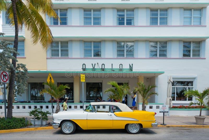 Rocznika samochód parkujący przy ocean przejażdżką w południe plaży, Miami zdjęcie stock