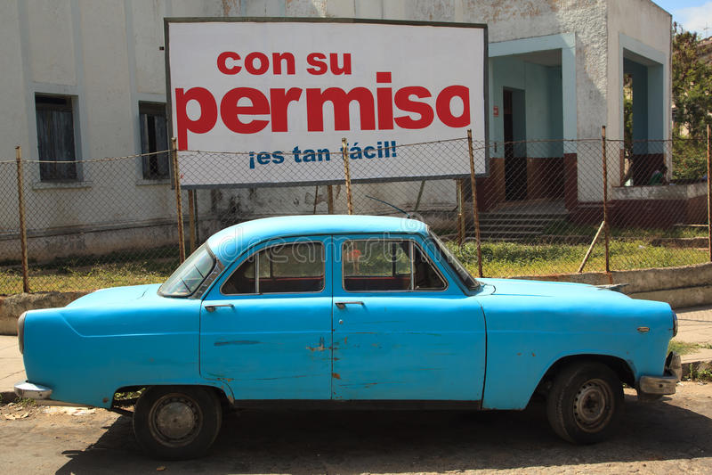 Rocznika samochód parkujący w ulicie stary Havana, Cuba obraz stock