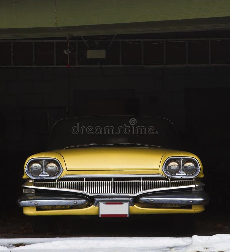 Rocznika samochód w garażu dla zima zdjęcie stock