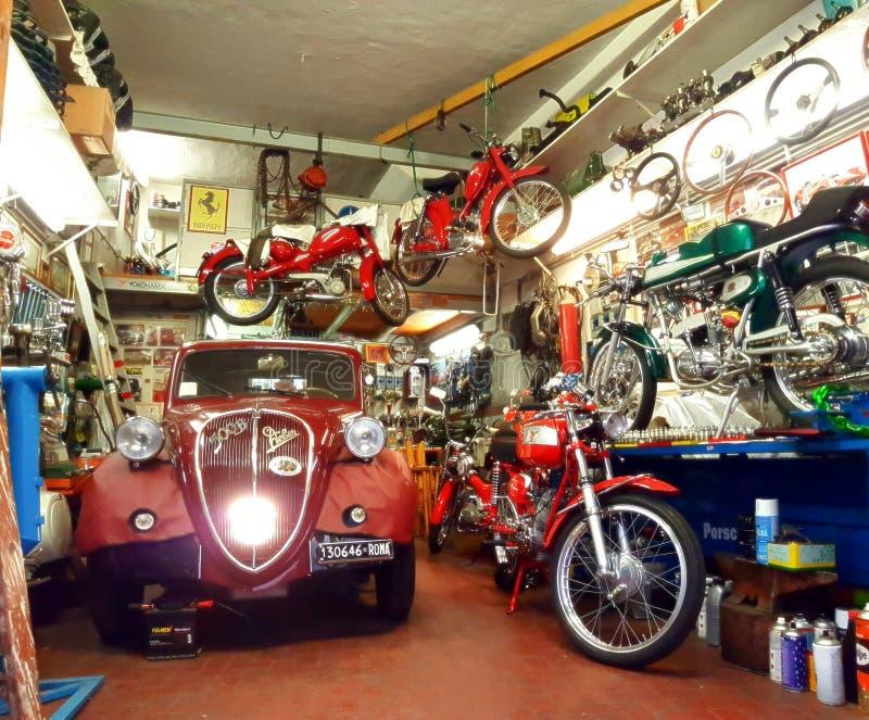 Rocznika samochód w poborcy garażu zdjęcie royalty free