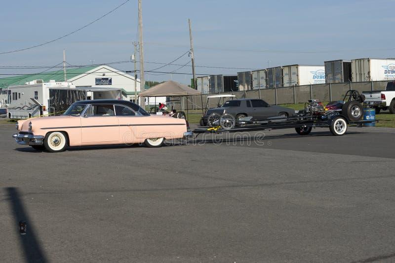 Rocznika samochód z dragster na przyczepie obraz royalty free
