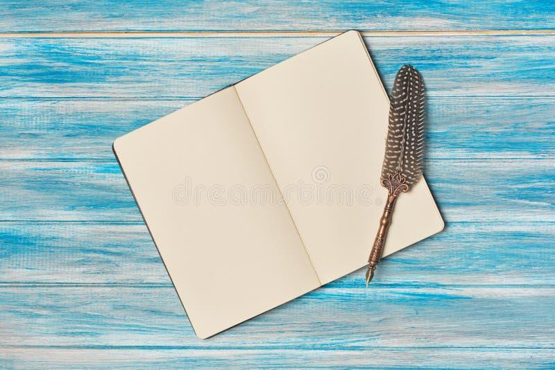 Rocznika skład z notepad i dutki piórem fotografia stock