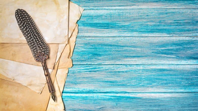Rocznika skład z starym papieru i dutki piórem na błękicie zdjęcie stock