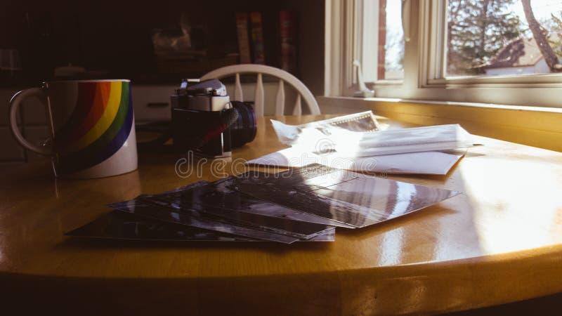 Rocznika spojrzenia fotografii druki na Kuchennym stole Właśnie Popierają Od Lab zdjęcia royalty free