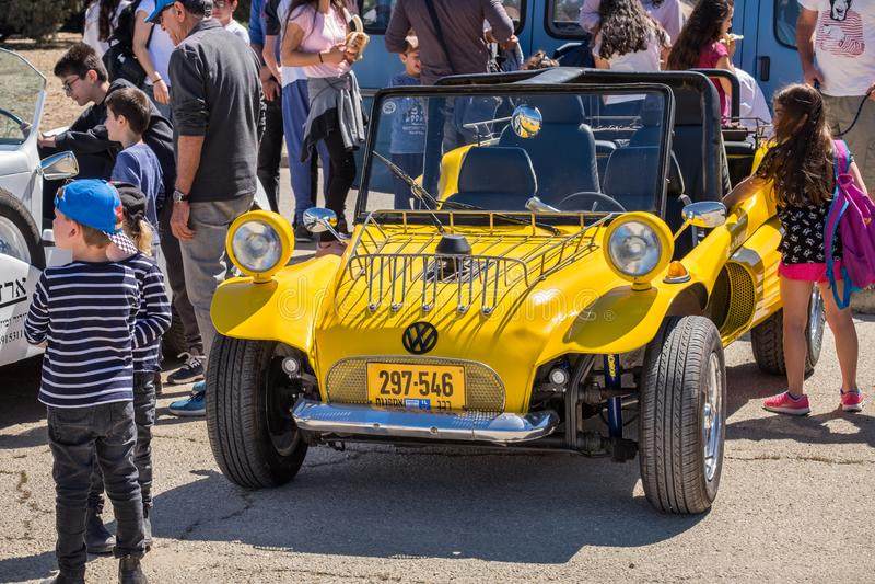Rocznika sporta żółty powozik opierający się na wolkswagen ścidze, przedstawiającej na oldtimer samochodowym przedstawieniu, Izra obraz stock