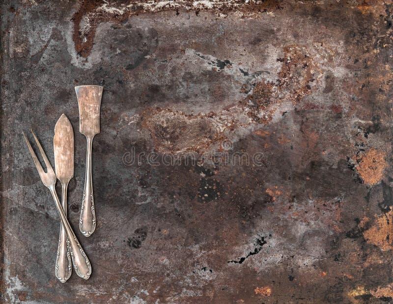 Rocznika srebny cutlery na wieśniaku textured metalu tło zdjęcie royalty free