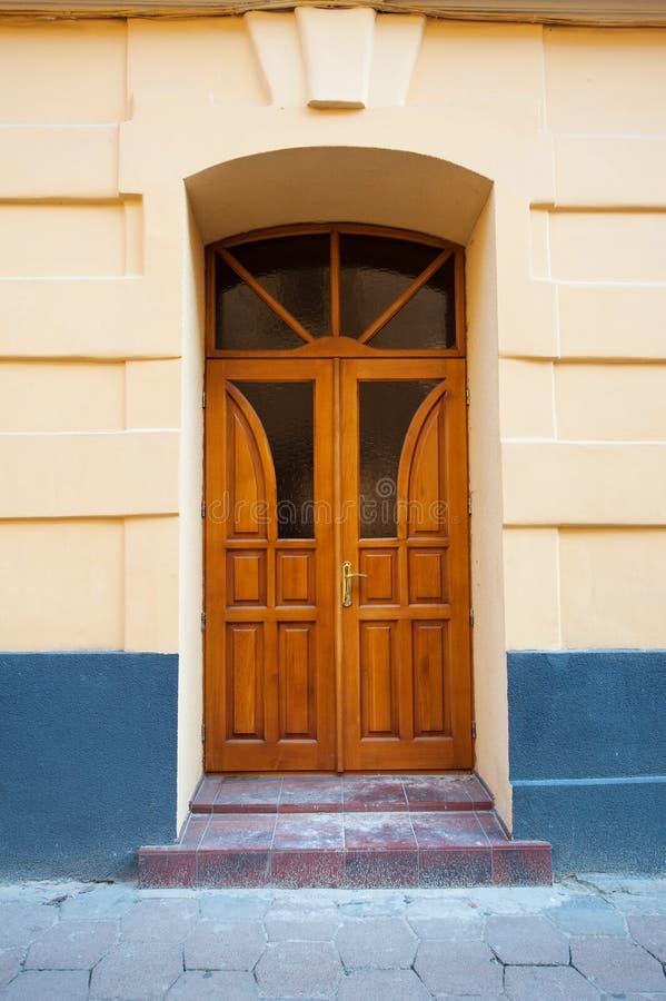 Rocznika stary drewniany drzwi w ściana łuku zdjęcie royalty free