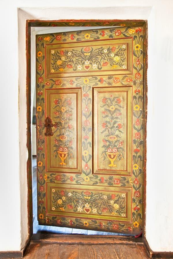 Rocznika stary drzwi w romanian stylu. fotografia royalty free