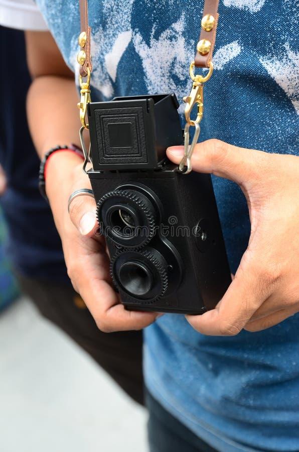 Rocznika stary kamery 2 obiektywu i ręk target928_1_ fotografia stock