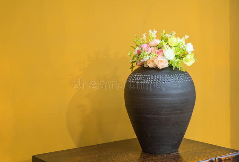 rocznika (stary) meble w luksusowym żywym pokoju (złoto ściana, marb obrazy stock