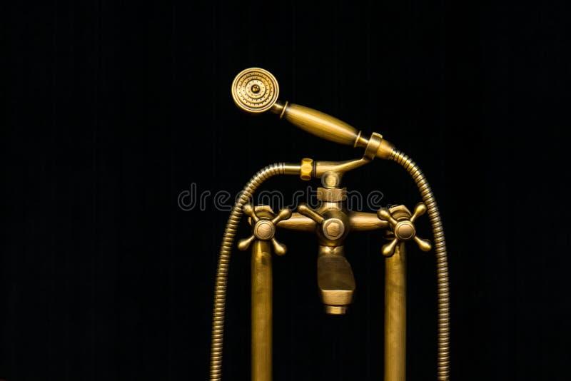 Rocznika stary mosiężny wodny klepnięcie z prysznic głową odizolowywającą na czarnym b fotografia stock