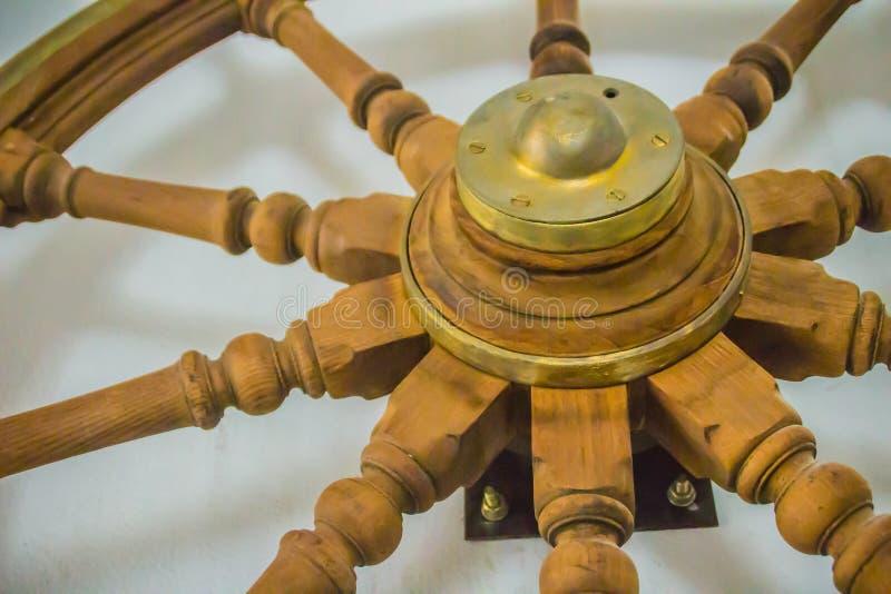 Rocznika statku stara drewniana kierownica w jawnym morskim museu zdjęcia royalty free