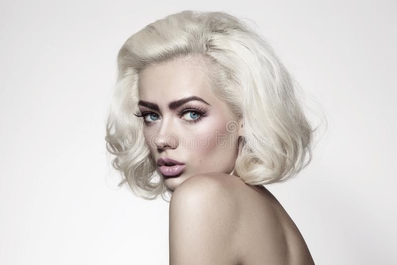 Rocznika stylowy portret młoda piękna kobieta z platyną bl zdjęcie royalty free