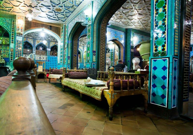 Rocznika stylowy wnętrze tradycyjna perska restauracja z starymi ottoman leżankami obrazy royalty free