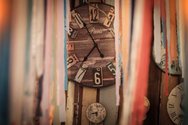 Rocznika tło z retro drewnianym zegarem na ścianie Selekcyjny f obraz stock