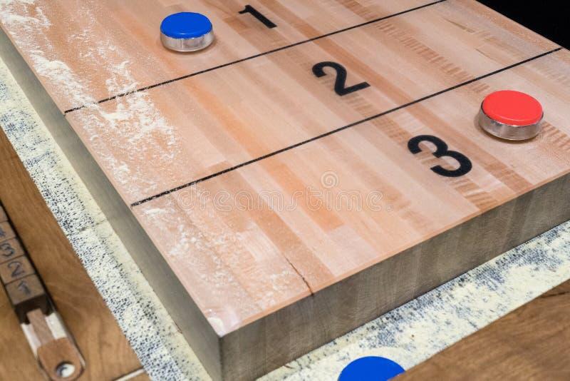 Rocznika tasowania gra planszowa z czerwonym i błękitnym dyskiem na drewnianym tasowanie stole obrazy royalty free
