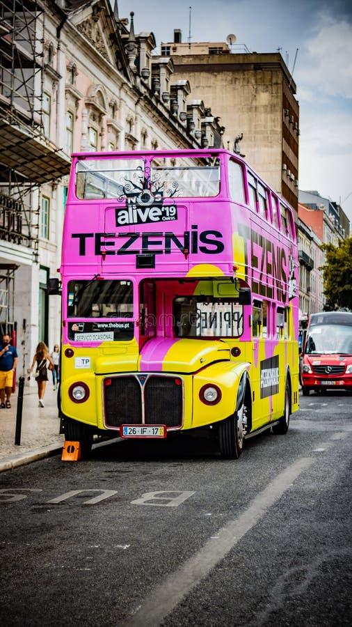Rocznika turystyczny widok widzieć autobus parkujący w Lisbon ulicie Daktylowy Lipiec 2 2029 zdjęcia royalty free