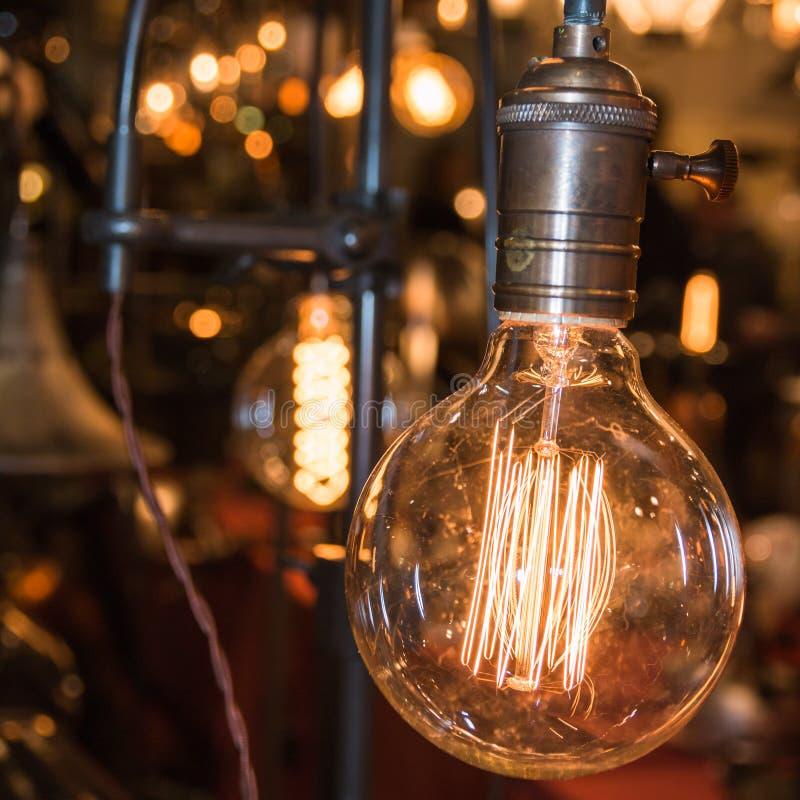 Rocznika węgla elektryczny światło, złocisty żarówka drucik obrazy stock