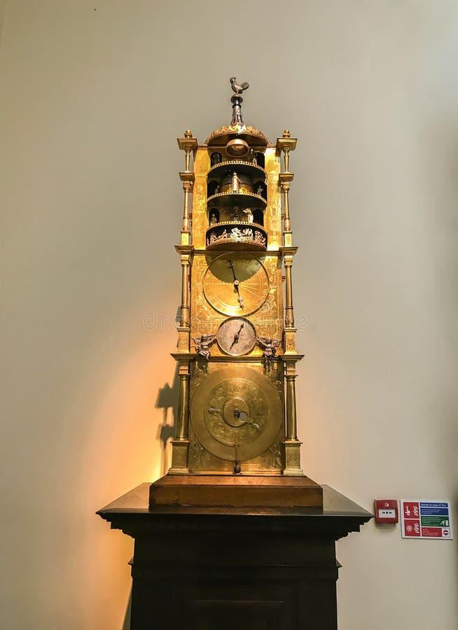 Rocznika wartościowy zegarowy wahadło w wystawie w British Museum brać w Londyn obrazy royalty free