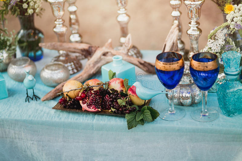 Rocznika wciąż życie: Ozdabiający projektanta stół z wazą kwiaty i wystrój w stylu turkusu i błękita Plenerowy wystroju skład zdjęcia stock