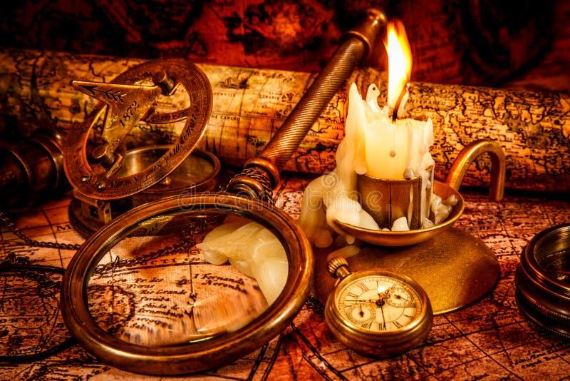 Rocznika wciąż życie. Rocznik rzeczy na antycznej mapie. zdjęcia royalty free
