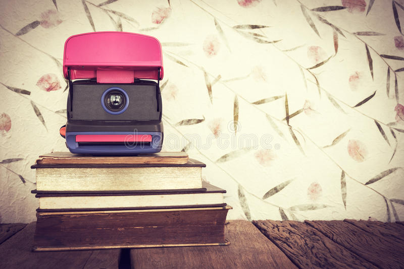 Rocznika wciąż życie sterta stare książki z starą kamerą na swee obraz stock