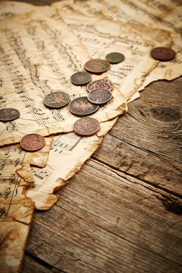 Rocznika wciąż życie z antycznymi monetami obraz royalty free