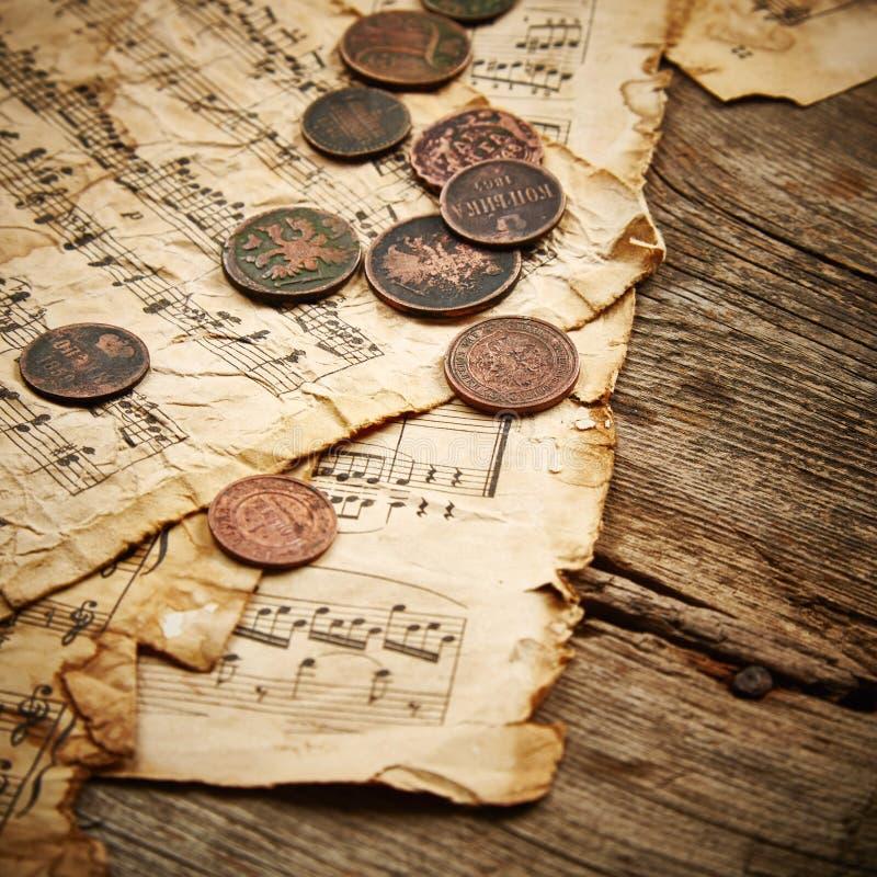 Rocznika wciąż życie z starymi monetami obraz stock