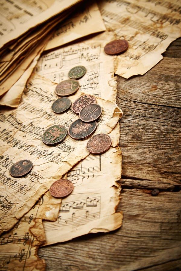 Rocznika wciąż życie z starymi monetami zdjęcie stock