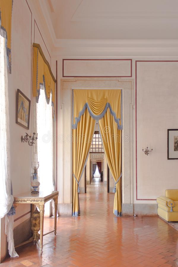 Rocznika wewnętrzny żywy pokój stary zamek zdjęcia stock