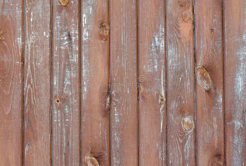 Rocznika wieśniak wietrzał stajni drewnianego tło z kępkami i nai obraz royalty free