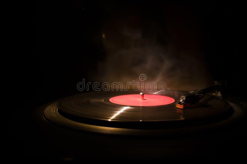 Rocznika winylowy rejestr bawić się na graczu i gitara akustyczna na tle z pożarniczą pomarańcze dymimy Błękita pojęcie obrazy stock