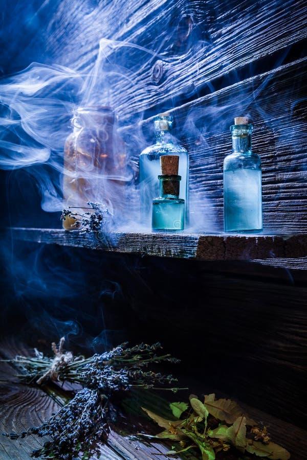 Rocznika witcher chałupa z błękitnym magicznym napojem miłosnym dla Halloween obraz stock