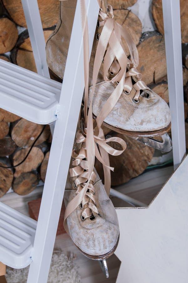 Rocznika wnętrze fotografii studio z starymi walizki, stepladder, książki i lampiony i, fotografia royalty free