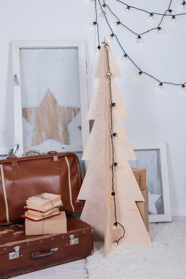 Rocznika wnętrze fotografii studio z starymi walizki, stepladder, książki i lampiony i, obraz royalty free