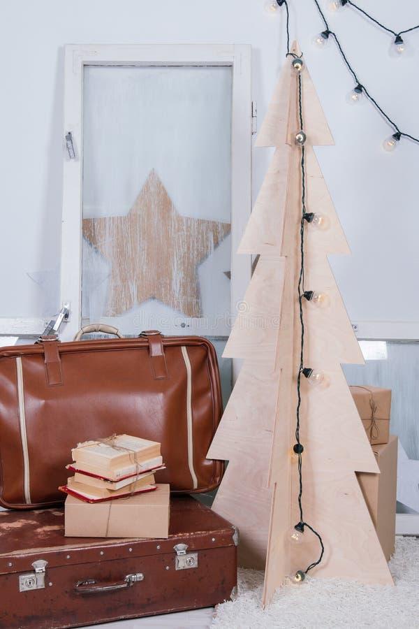 Rocznika wnętrze fotografii studio z starymi walizki, stepladder, książki i lampiony i, zdjęcia royalty free