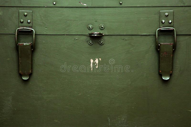 Rocznika wojskowego pudełka starej zieleni amunicj kędziorka składowy płótno drapa wojnę zdjęcie stock