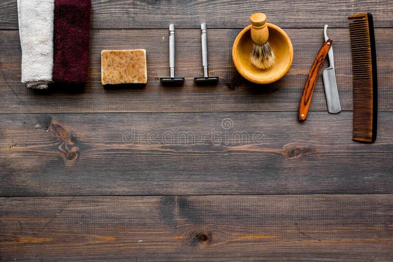Rocznika zakładu fryzjerskiego narzędzia Żyletka, grępla, muśnięcie na ciemnym drewnianym tło odgórnego widoku copyspace zdjęcia stock