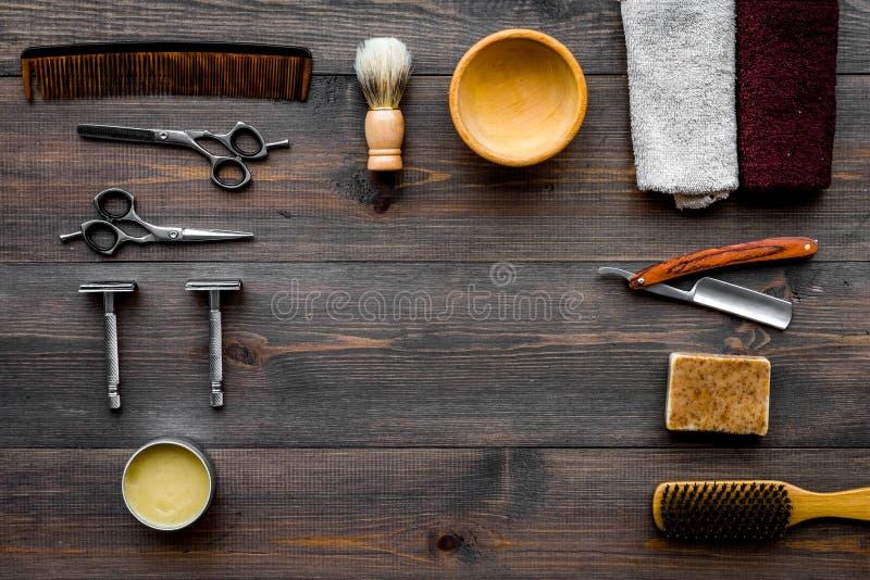 Rocznika zakładu fryzjerskiego narzędzia Żyletka, sciccors, muśnięcie na ciemnym drewnianym tło odgórnego widoku wzoru copyspace zdjęcia royalty free