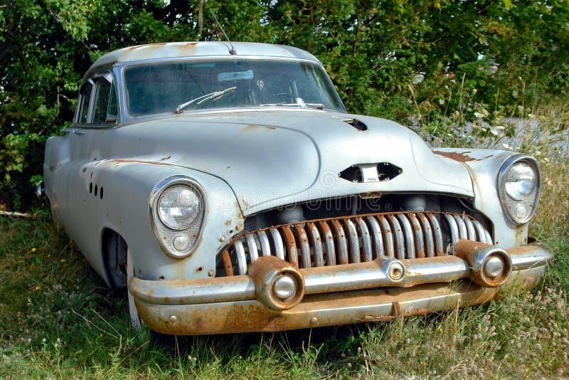 rocznika zaniechany amerykański samochodowy klasyczny stary jard fotografia stock