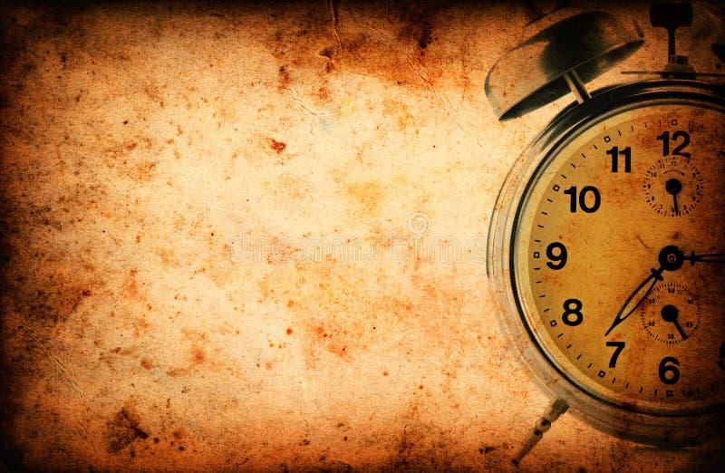 Rocznika zegar na Grunge starej papierowej teksturze fotografia royalty free