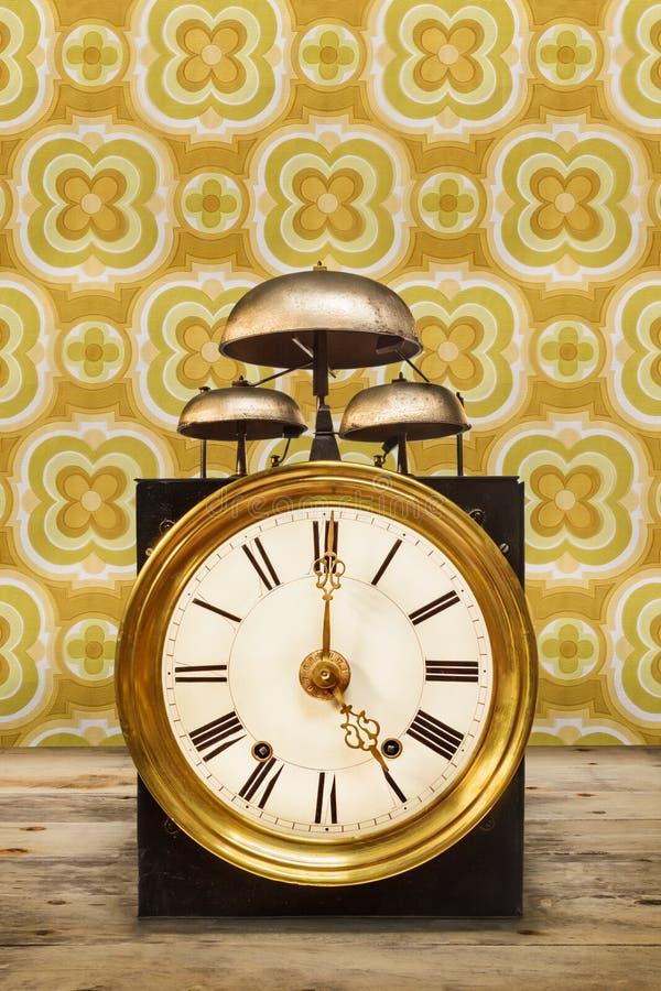 Rocznika zegar z trzy dzwonami na wierzchołku zdjęcie stock