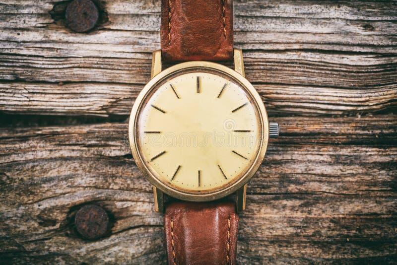Rocznika zegarek na drewnianym tle obrazy stock