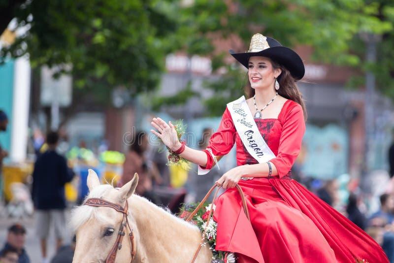 Rodéo de Mlle Oregon sur le cheval photographie stock libre de droits