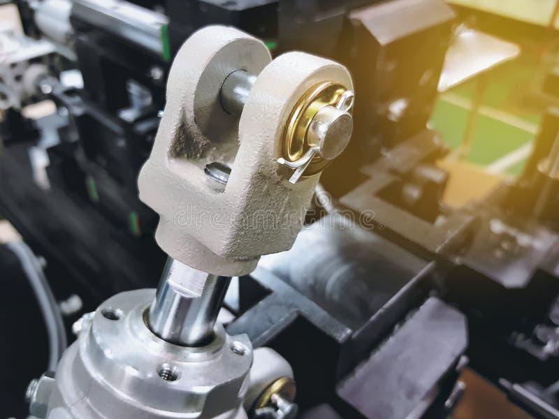 Rod Clevis del cilindro neumático en fondo borroso de la máquina imagen de archivo libre de regalías